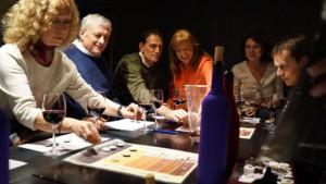Divertido juego para los que son amantes del vino y los que no, también. Una experiencia muy agradable para reconocer un buen vino y adecuarlo a nuestros gustos.